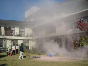 風で2階まで、消火の粉が舞っているの図