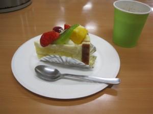 フルーツがのったケーキの写真