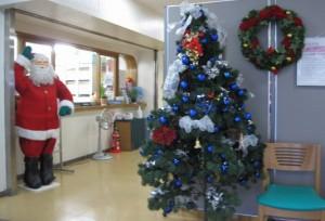 桃寿園・松風園の玄関のクリスマスツリーとサンタ人形