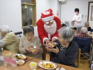 サンタさんお一人お一人に丁寧にお渡しです。