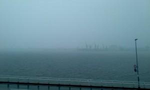 台風にけむる神戸港