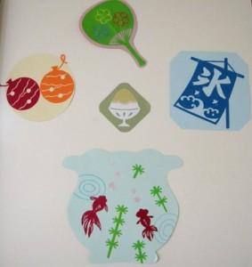 夏の風物詩の壁面 金魚鉢と縁日のかき氷やヨーヨーつり、うちわです