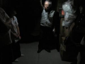 真っ暗な中でもLEDのライトはこれだけ広範囲を照らします