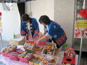 看護師軍団もお菓子配布のお手伝い