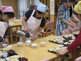昼食の配膳体験やサンプル食に挑戦