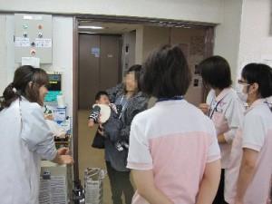 赤ちゃん登場に職員が集まる集まる