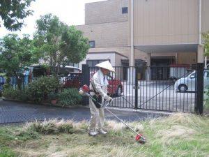 草刈する事務長